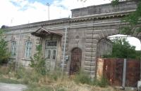 Այս տանը 1906-1913 թթ. ապրել և ստեղծագործել է հայկական ճարտարապետության ականավոր հետազոտող-գիտնական Թորոս Թորամանյանը։ / The prominent scientist-researcher of Armenian architecture Toros Toramanyan lived and worked in this house from 1906-1913.